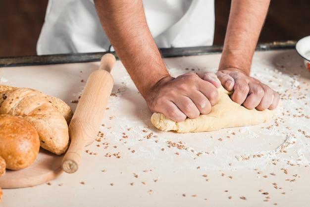 Baker, pétrir la pâte à pain sur la table