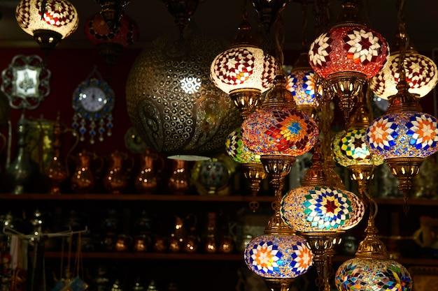 Bakhchysarai, crimée - 24 janvier 2021 : lampes ethniques dans une boutique de souvenirs orientale