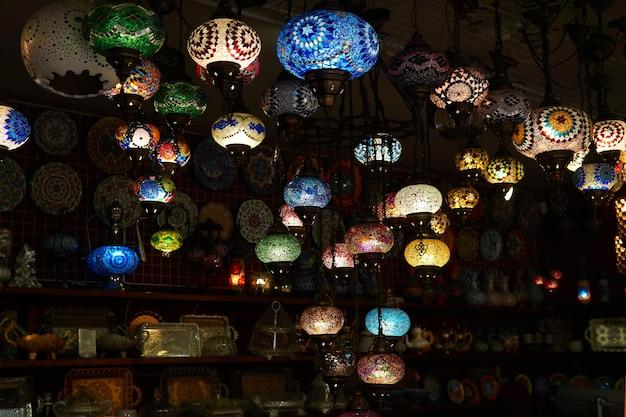 Bakhchysarai, crimée - 24 janvier 2021 : lanternes ethniques dans une boutique de souvenirs orientale