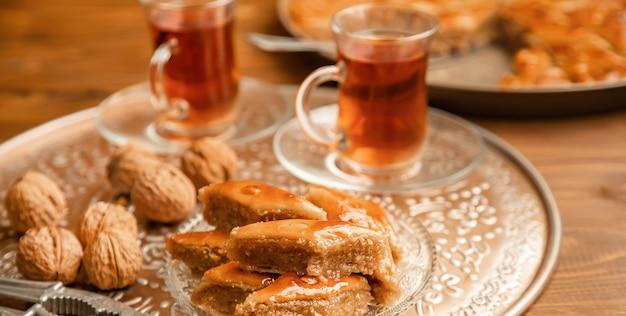 Baklava aux noix sur bois
