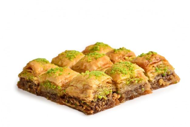 Baklava aux pistaches sur un blanc isolé. dessert.