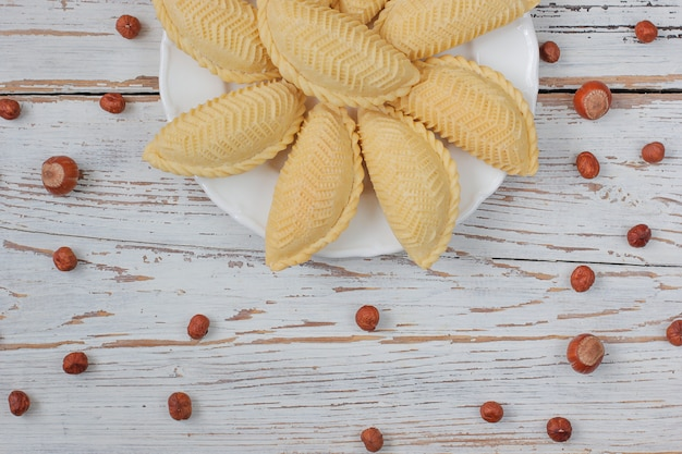 Baklava de biscuits de novruz de vacances de l'azerbaïdjan traditionnel sur la plaque blanche