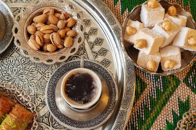 Baklava dessert arabe traditionnel avec une tasse de café turc