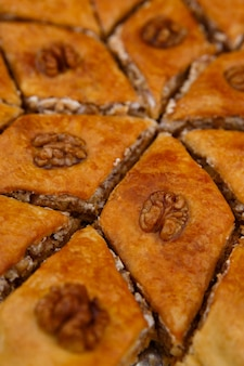 Baklava dessert de bonbons orientaux décoré de noix