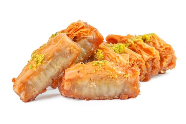 Baklava dessert ramadan turc isolé sur blanc