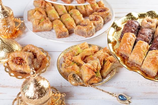 Baklava de dessert traditionnel, bien connu au moyen-orient et délicieux
