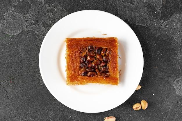 Baklava dessert turc aux noix sur fond noir
