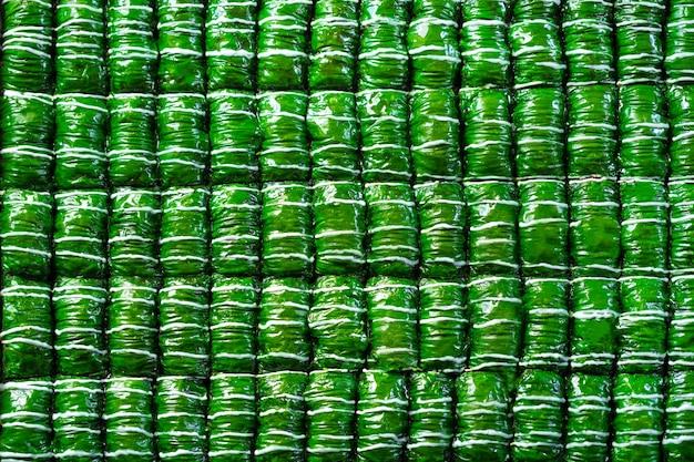 Baklava de dessert turc de couleur verte placé en rangées