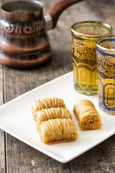 Baklava dessert turc avec du thé sur la table en bois