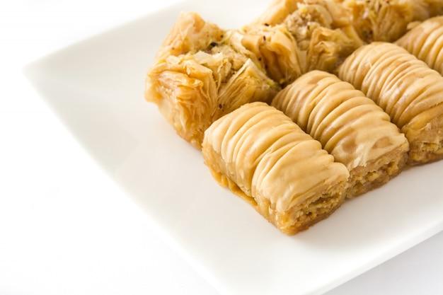 Baklava dessert turc isolé sur blanc bouchent