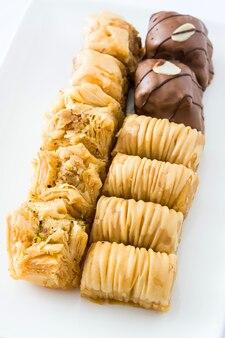 Baklava dessert turc isolé sur blanc