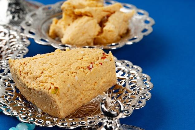 Baklava dessert turc sur la vaisselle en métal close up
