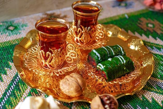 Baklava doux turc sur plateau en métal avec du thé turc
