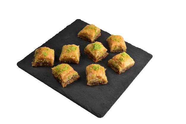 Baklava à la pistache sur une plaque noire. dessert.