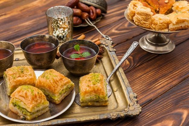 Baklava avec des tasses à thé sur un plateau
