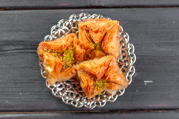 Baklava traditionnel sur table en bois
