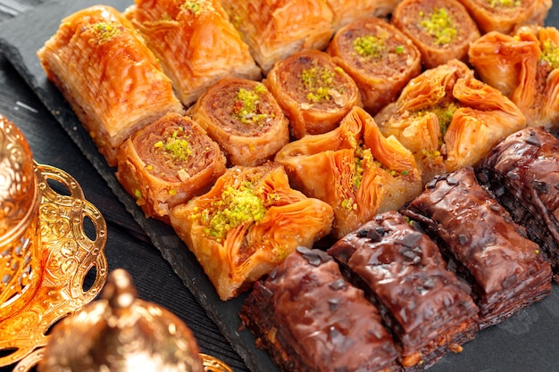 Baklava traditionnel sur une table en bois