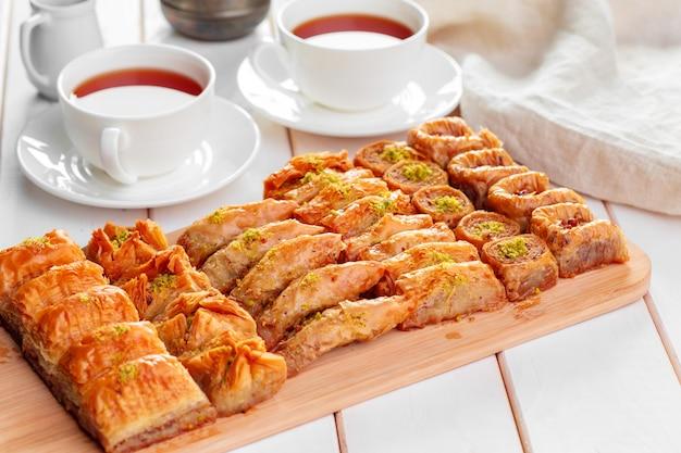 Baklava traditionnel sur une table en bois