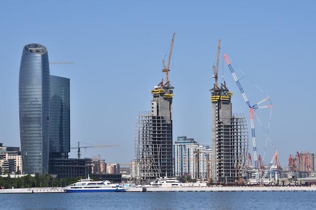 Bakou est la capitale de la république d'azerbaïdjan le plus grand centre industriel économique et scientifique et technique de transcaucasie
