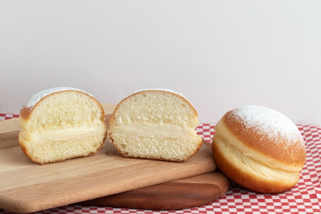 Bal de berlin, bola de berlim ou sonho brésilien. beignet de sucre frit portugais farci de crème sucrée aux œufs.