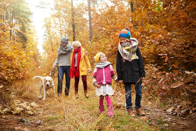 Balade en famille sur chemin forestier