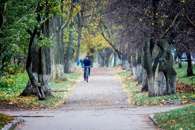 Balade à vélo dans le parc d'automne. mode de vie actif. l'automne en ville