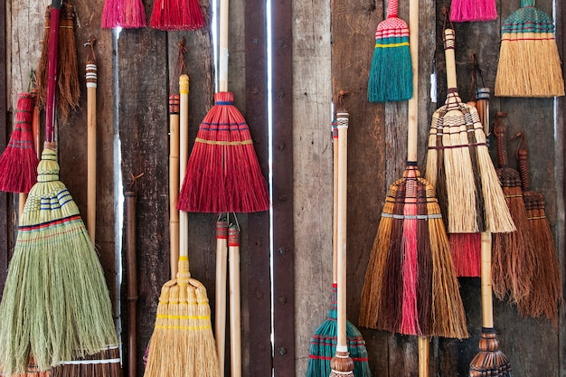 Balai coloré sur le mur en bois
