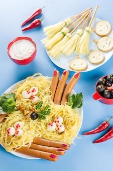 Balais de sorcière au fromage, doigts de sorcière, nid de pâtes. vue de dessus