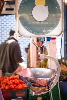 Balance de cuisine vintage avec poids en laiton