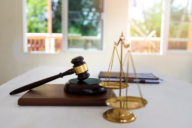 Balance en laiton doré isolée sur un livre, symbole de la loi et de la justice.
