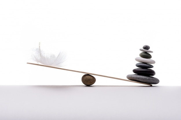 Balance de pierre avec panache. concept de lourd et léger.