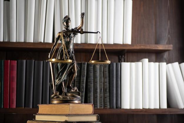 Balances de justice, lady justice, concept de bibliothèque de droit, livres de droit en arrière-plan.