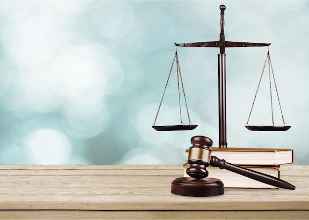 Balances et livres de justice et marteau en bois