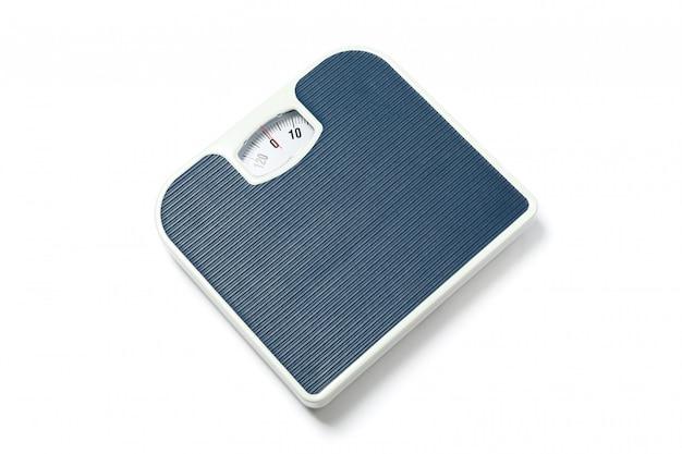 Balances de pesage bleu isolés sur blanc