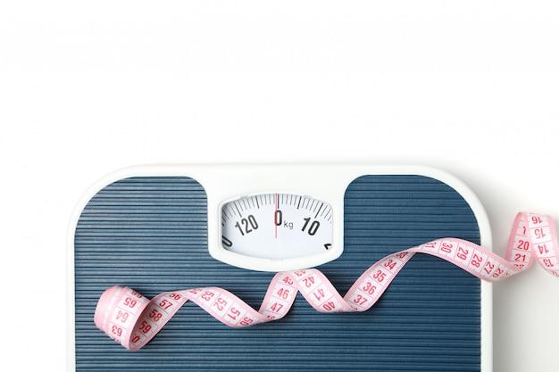 Balances et ruban à mesurer isolés