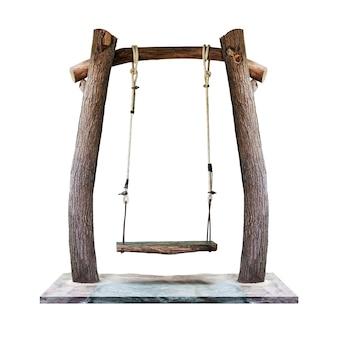 Balançoire en bois accroché au pilier de tronc d'arbre à l'aire de jeux isolé sur fond blanc avec un tracé de détourage