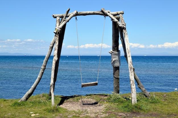 Balançoire en bois sans personnes sur le fond de la mer japonaise