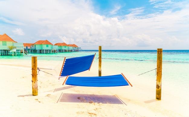 Balançoire hamac autour de la plage mer et océan avec ciel bleu nuage blanc pour les vacances