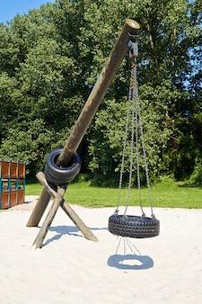 Balançoire pneu suspendu dans parc