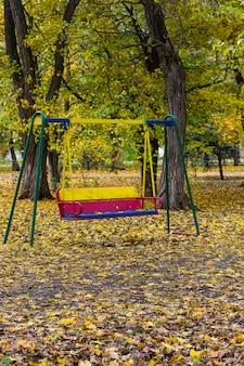 Balançoire vide pour enfants dans le parc de la ville à l'automne