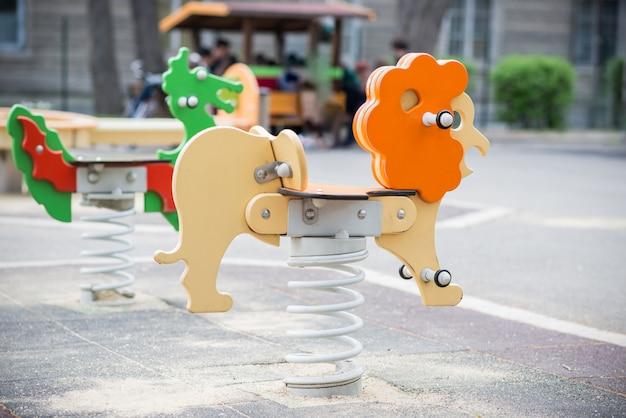 Balançoires colorées dans une aire de jeux pour enfants