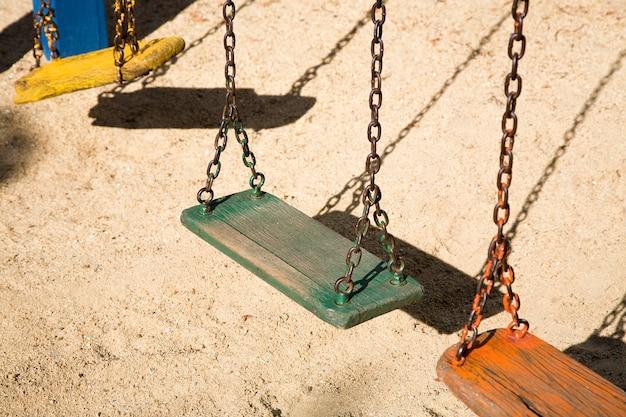 Balançoires colorées dans l'aire de jeux