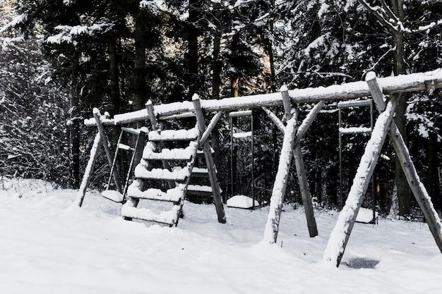 Balançoires dans la forêt d'hiver