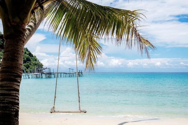 Balançoires sur la plage en été.