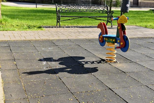 Balançoires et toboggans dans le parc pour enfants, aire de jeux