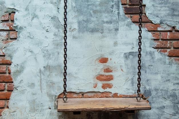 Balançoires et les vieux murs en plâtre.