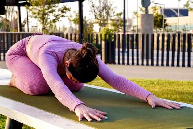 Balasana, femme sportive, faire, étirage, yoga, dans parc