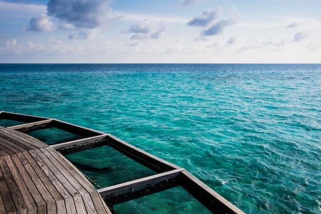 Balcon en bois sur la mer limpide aux maldives