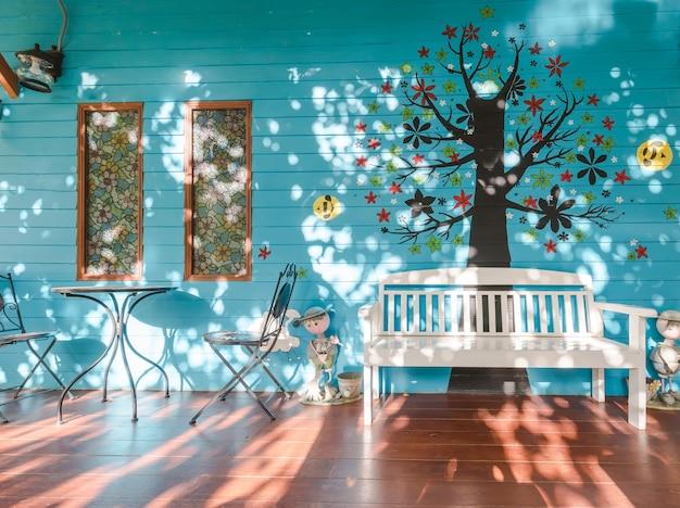Balcon en bois avec soleil brille le matin.