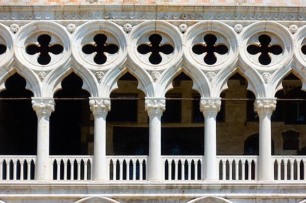 Balcon avec des colonnes du palais des doges (palazzo ducale) à venise, italie